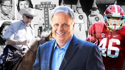 La elección entre Doug Jones (centro) y Roy Moore (en la izquierda monta...