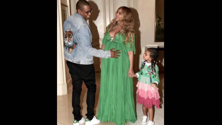 Jay Z, Beyoncé y Blue Ivy en una foto que les tomaron cuando salían al e...