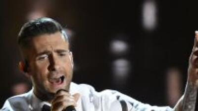 Una seguidora de Adam Levine subió al escenario y lo abrazó con tal fuer...
