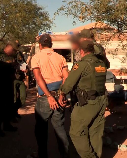 Un inmigrante es transportado a la patrulla.