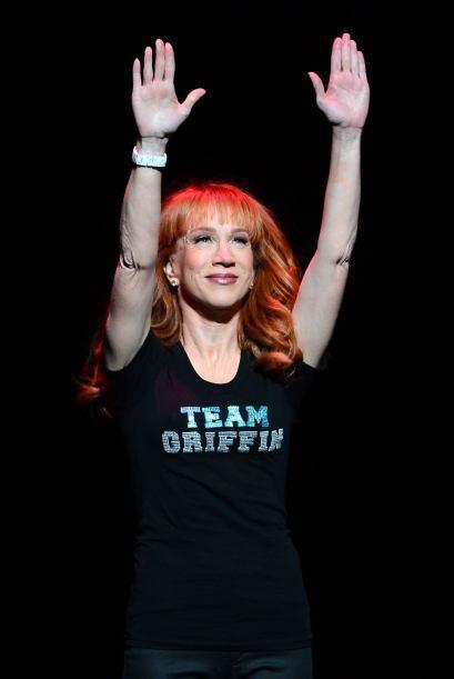 Con la frente en alto y las manos al aire, Kathy se siente orgullosa de...