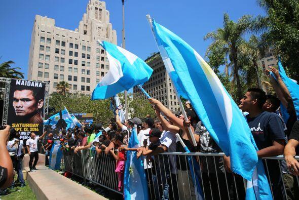 Las banderas ondeaban mientras gritaban el clásico pu#$%.... cuando Mayw...