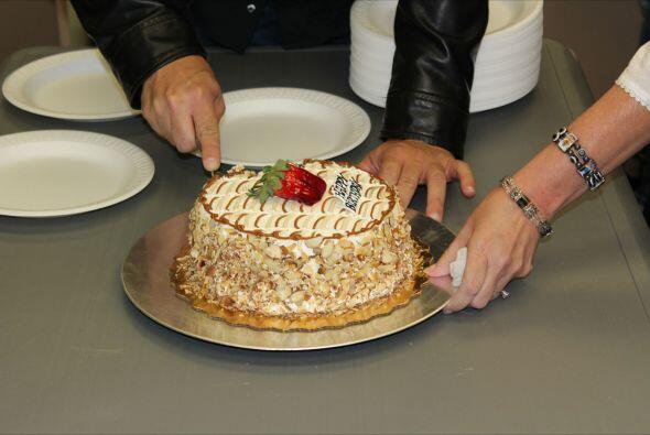Con un rico pastel se dio inicio al espectacular programa, les deseamos...
