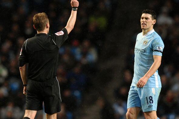 Gareth Barry, quien ya estaba amonestado, se ganó la tarjeta roja al min...