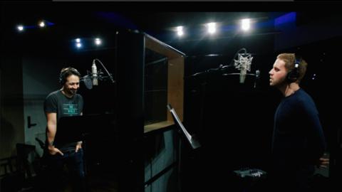 Lin-Manuel Miranda y Ben Platt al grabar la canción en homenaje a...