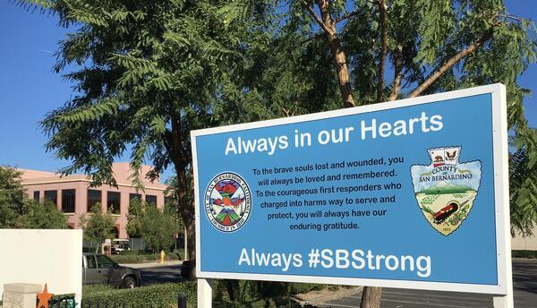 Cartel frente al edificio donde 14 personas murieron en un ataque terror...
