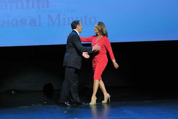 Joe le dio la bienvenida a María Elena Salinas, presentadora del Noticie...