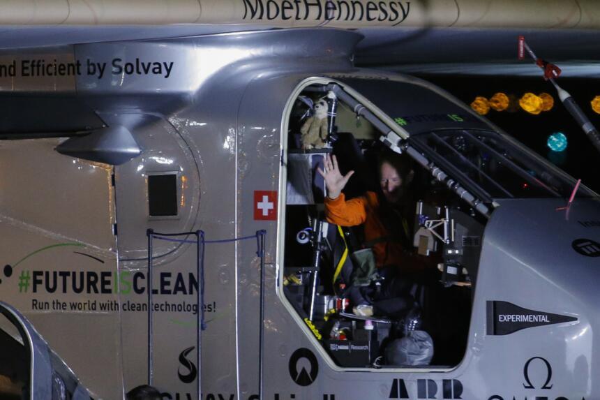 Misión cumplida, André Borschberg al detener el Solar Impulse 2 en el JFK.