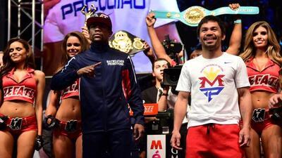 Floyd Mayweather Jr., muy concentrado, y Manny Pacquiao, exultante, lueg...