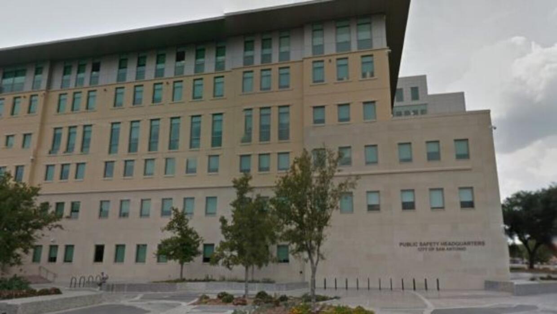 El cuerpo de un oficial muerto fue hallado en las oficinas del Departame...