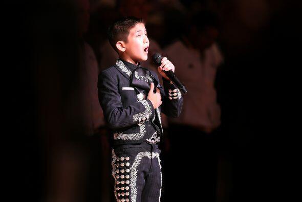 Sebastien de la Cruz cantó el himno nacional como pocos lo han hecho ant...