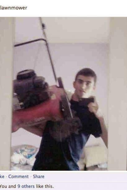 Que crees de este joven tomandose un selfie con una maquina de recortar...