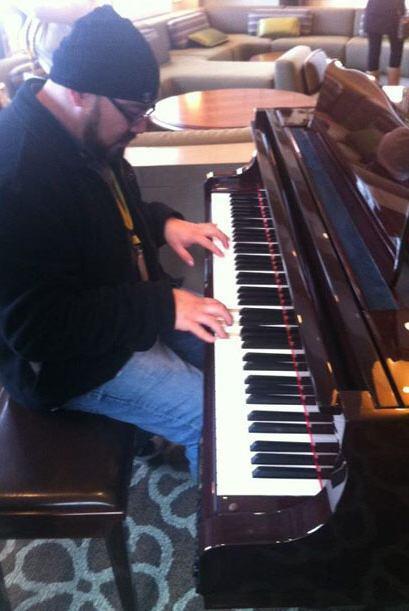 Target House tiene todas las comodidades; incluso, hay un piano en el qu...