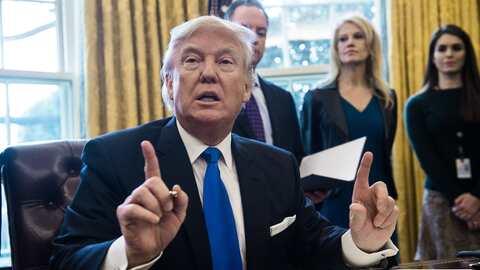 El presidente Donald Trump durante una firma de órdenes ejecutivas en el...