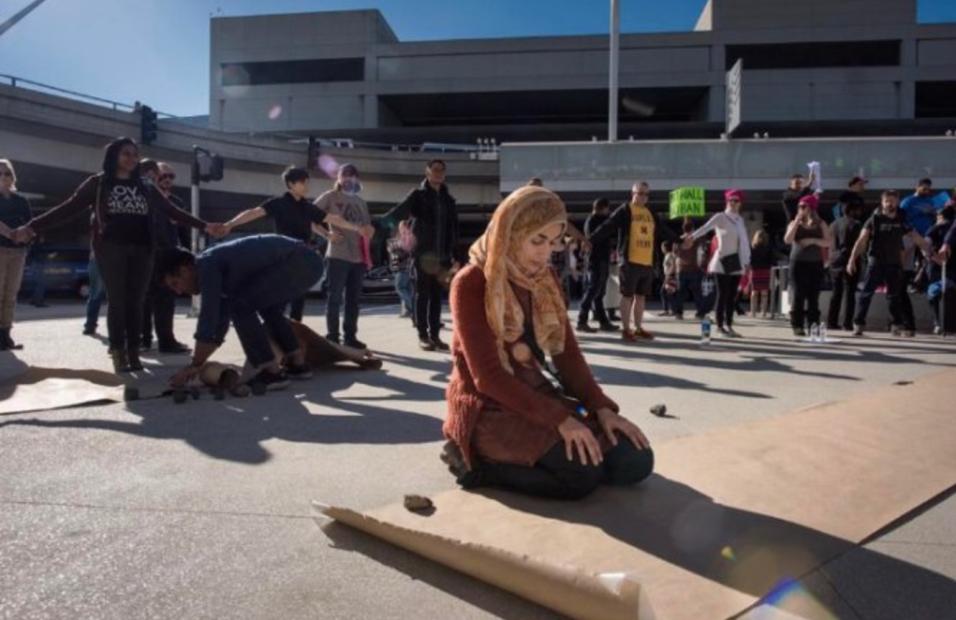 El domingo, el cineasta mexicano acudió al aeropuerto de Los Ángeles a c...