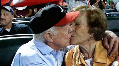 Expresidente Jimmy Carter y su esposa comparten beso durante juego de bé...
