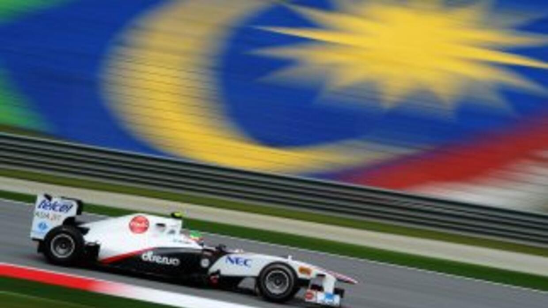 El piloto mexicano Sergio Pérez tendrá que pagar $860 por exceder el lím...