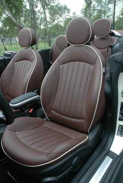Los asientos aunque un poco duros son cómodos y tienen buena sujeción la...