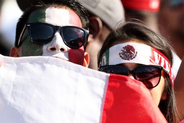 Escondidos tras la bandera.