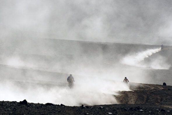 """Muchos motociclistas se van """"acompañando"""" para atravesar el desierto."""