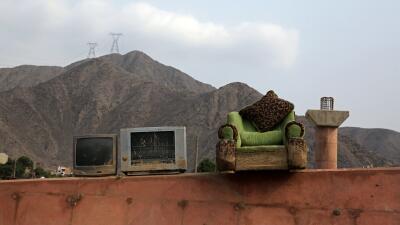 Peruanos tratan de recuperar las pertenencias que no se llevaron las lluvias (FOTOS)