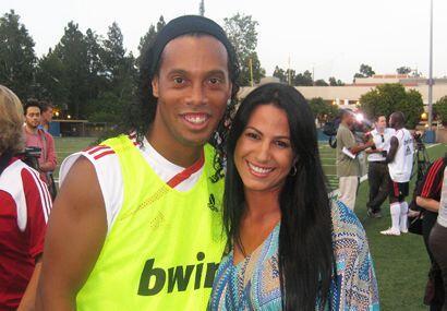 Ronaldinho no perdió oportunidad de estar con Albita...