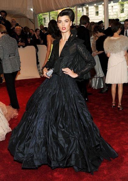 Los vestidos con escotes pronunciados también son muy frecuentes en sus...