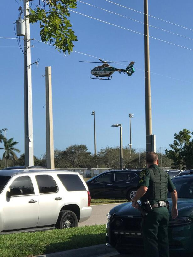Un helicóptero de las autoridades  sobrevuela la escuela.