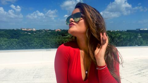 Clarissa Molina mira el eclipse de sol en Univision.