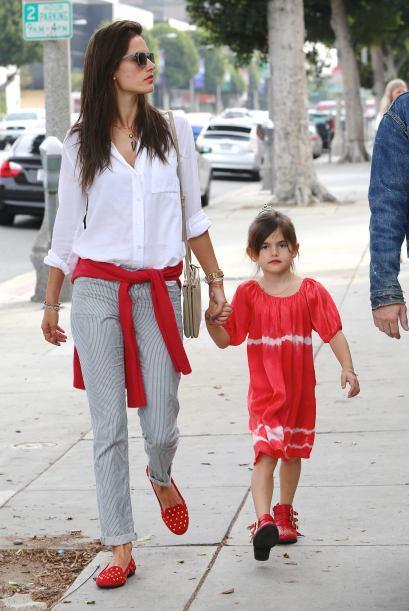 ¡Estas de rojo siempre imponen! Alessandra Ambrosio y su hija Anja son f...
