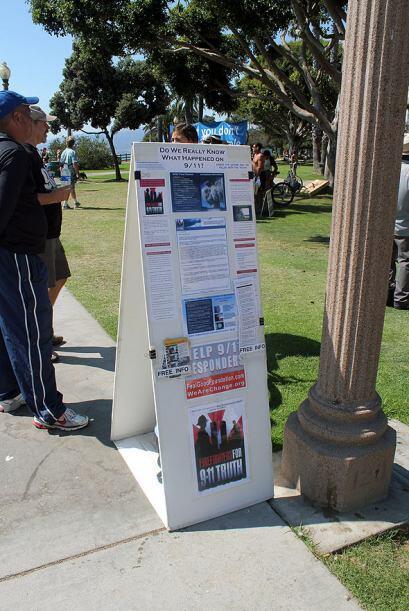 El grupo de activistas, repartieron al público, cientos de CD en los que...