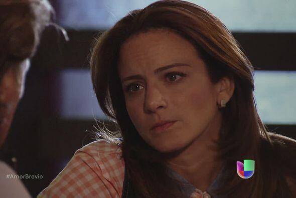 A pesar de todo, Camila no puede permitirle a Mariano entrar en su vida...