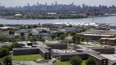 Agente de la cárcel Rikers Island fue brutalmente atacado por dos reclusos con un arma blanca