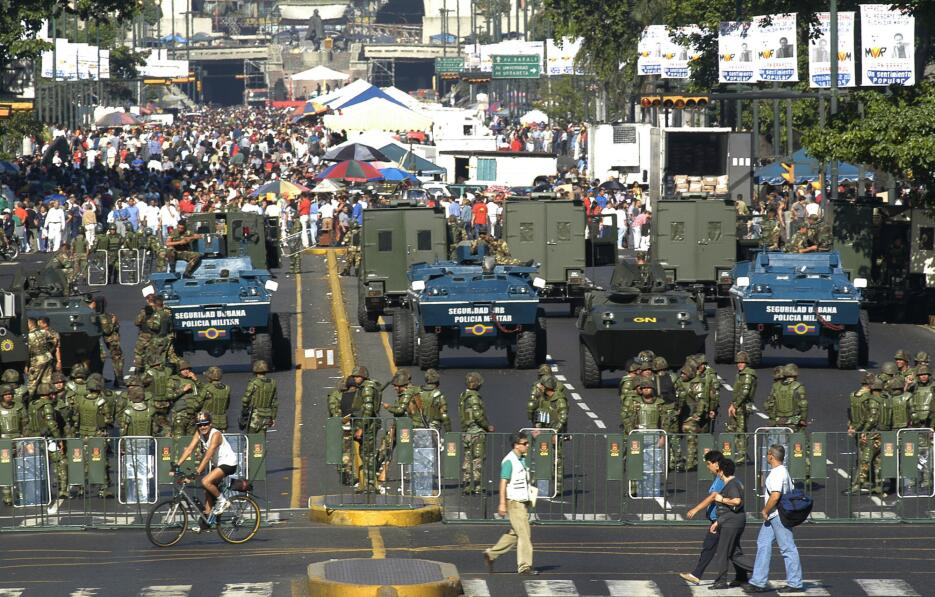 El expresidente Hugo Chávez empezó a dar control a los militares sobre l...
