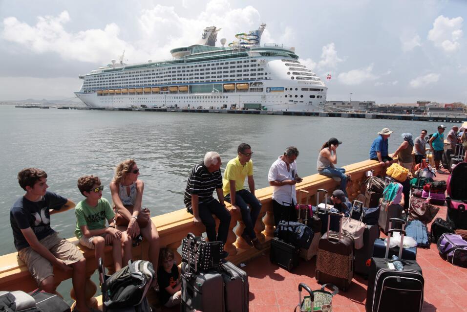 Un grupo de puertorriqueños espera para embarcar en un crucero Ro...