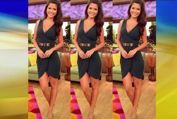 Septiembre 2, 2014: Un hermoso vestido verde combinado con zapatos en co...