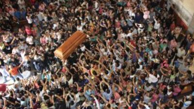 Miles de seguidores del cantautor mexicano Joan Sebastian dan el último...