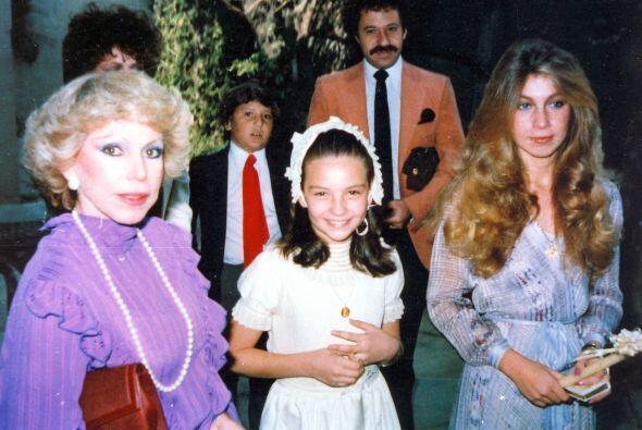Thalía en su Primera Comunión, con su madre Yolanda Miranda y su hermana...