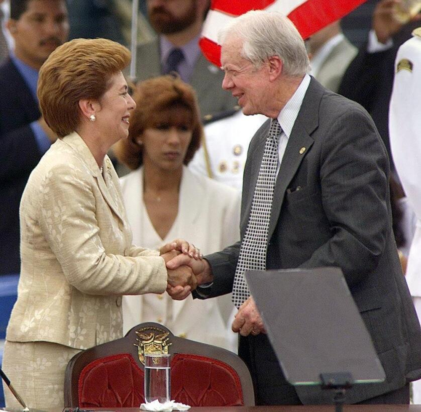 Mireya Moscoso, presidenta de Panamá y el ex presidente de Estados Unido...