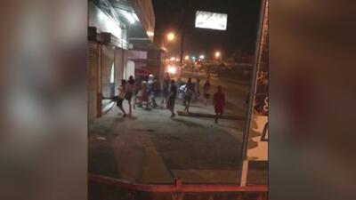 A golpes y patadas, varias personas saquean un supermercado en Costa Rica