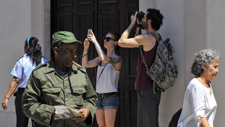 Algunos cubanos se quejan de que los turistas les tratan como marcianos...