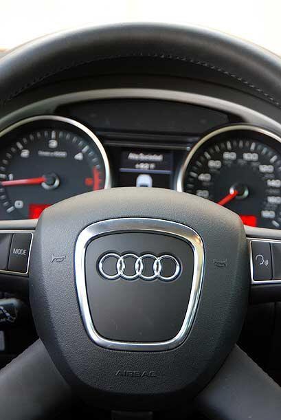 El volante forrado en cuero permite operar las funciones de audio y blue...