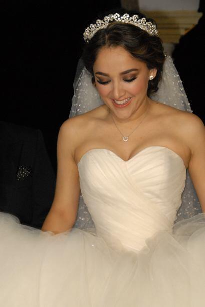 La guapa actriz lucía radiante vestida de novia. ¡Parecía una princesa!