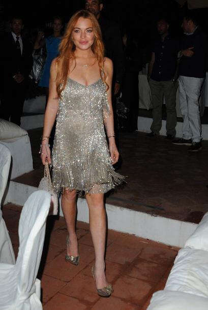 Lució hermosa en un vestido plateado con zapatillas a juego.Mira aquí lo...