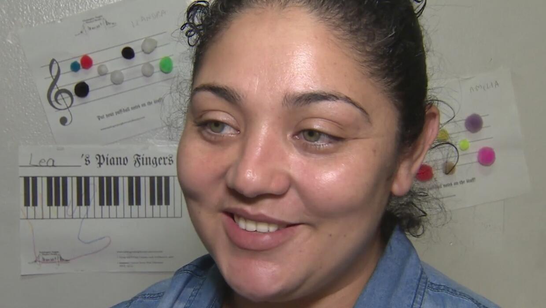 Madre guatemalteca refugiada en una Iglesia recibe alivio temporal en su...