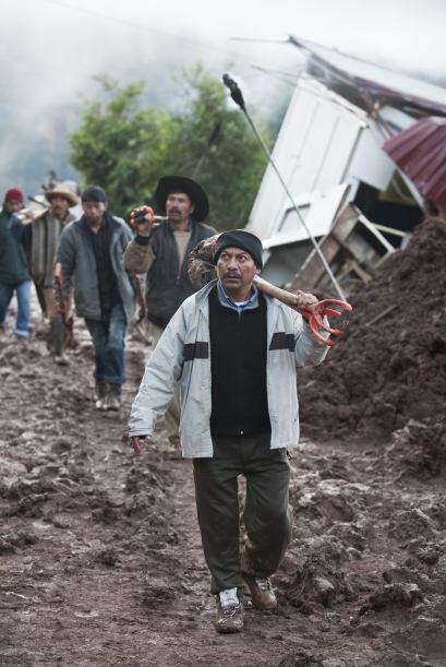 Grupos de socorristas y vecinos trabajaban en la remoción de los escombr...