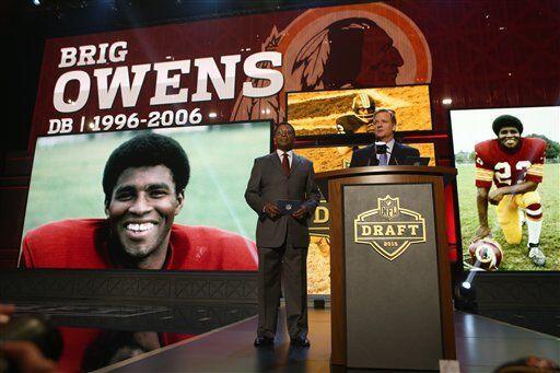 El ex safety de los Washington Redskins, Brig Owens, y el comisionado de...