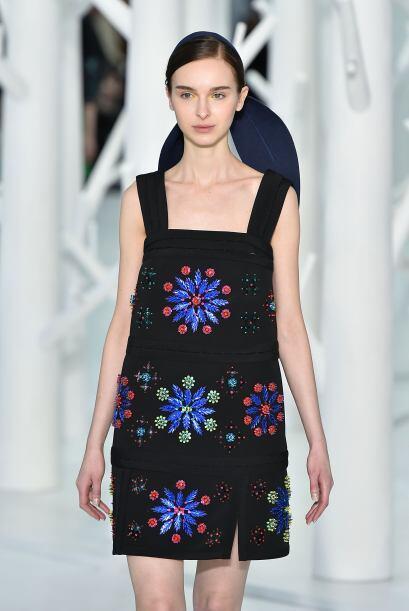Se valen los estampados de tamaño grande, como este mini vestido de la f...