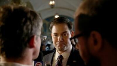 Marco Rubio habla a los medios durante un evento de pequeños empresarios...