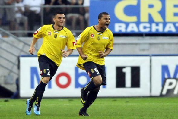Charlie Davies (der) jugó para el Hammarby de Suecia en el 2007 y...